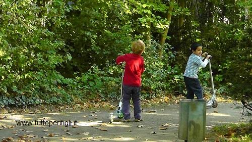bambini che giocano all'aria aperta