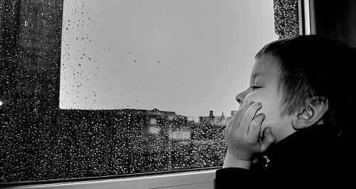 bambini in casa con la pioggia