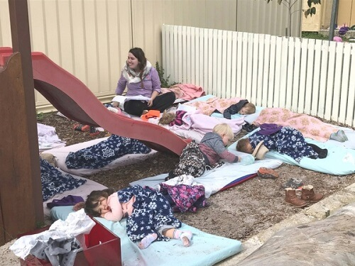 bambini sonnellino all'aperto